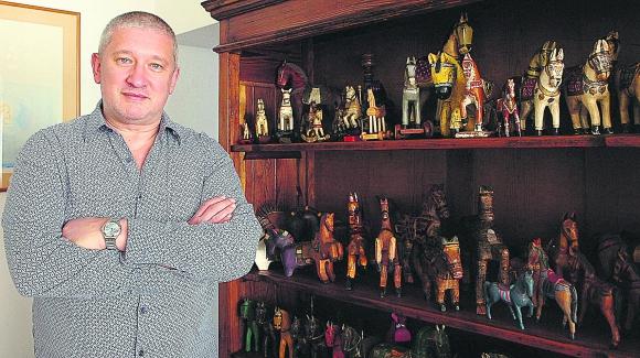Hace algunos meses repartió una colección de caballos de madera entre sus seres queridos.
