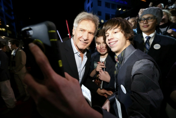 Harrison Ford en la premiere, tomándose selfies. Foto: Reuters