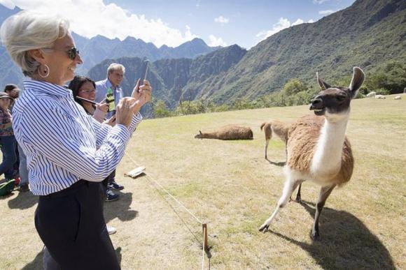 La directora del FMI en un momento de distensión en Lima. Foto: AFP