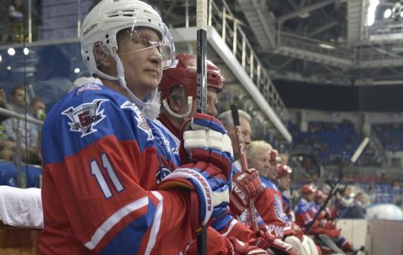 Putin, tras ordenar bombardeo en Siria, se fue a jugar al hockey. Foto: AFP .