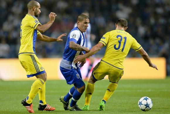 Maxi Pereira con el Porto. Foto: EFE