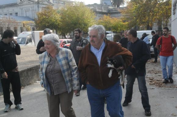 Lucía Topolansky y José Mujica con su perra Manuela. Foto: Francisco Flores.