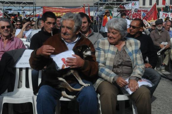 Lucía Topolansky y José Mujica con su perra Manuela en el acto 2015 del 1° de mayo. Foto: Francisco Flores