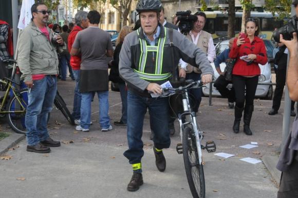 Daniel Martínez, senador y candidato a intendente de Montevideo por el FA, llegó al acto del 1° de mayo de 20115 en bicicleta. Foto: Francisco Flores.