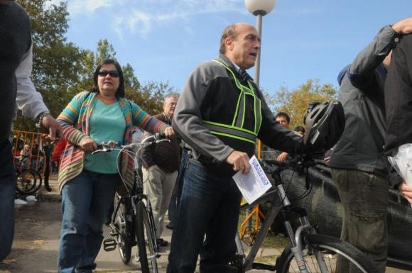 Daniel Martínez, senador y candidato a intendente de Montevideo por el FA, llegó al acto del 1° de mayo de 2015 en bicicleta. Foto: Francisco Flores.