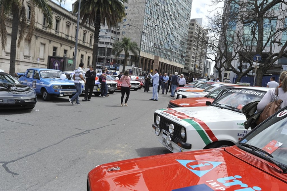Otra vista de los autos históricos participantes de las 1.000 millas.