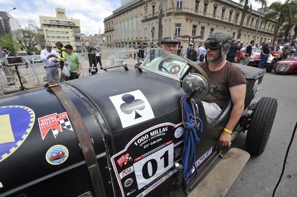 Francisco y Nicolás Dellepiane a bordo del Chrysler con motor 4 litros.