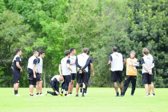 La charla de Bengoechea previo a la práctica de Peñarol. Foto: Marcelo Bonjour
