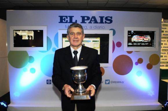 Fernando Morena tras recibir el premio de Zalayeta en el stand de El País en la Expo Fútbol. Foto: A. Martínez