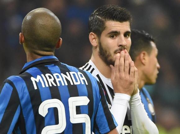 Joao Miranda y Álvaro Morata en el Inter-Juventus. Foto: EFE