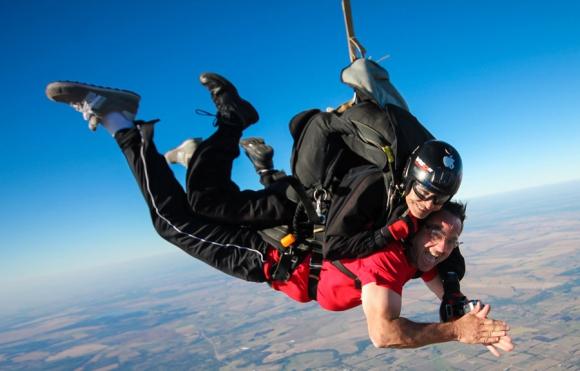 El intendente Mario Bandera se tiró en paracaidas sobre el predio de la Semana de la Cerveza. Foto: P. Delfino