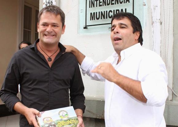 El intendente Villaba junto al humorista Roberto Peña, a quien nombró