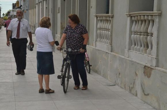 La intendenta de Flores, Beatríz Ríos, que se desplaza en bicicleta.