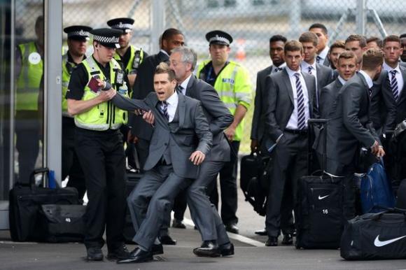 Lee Anderson siendo detenido en el aeropuerto de Luton. Foto: AFP