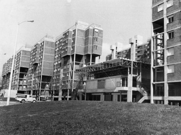 Complejo Habitacional Bulevar Artigas, construido en Montevideo (1971- 1974) de Ramiro Bascans, Thomas Sprechmann, Hector Vigliecca y Arturo Villaamil. Foto ca. 1975, expuesta en el MoMA. Fotografía: Thomas Sprechmann/MoMA