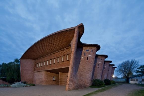 Eladio Dieste, Iglesia de Atlantida, Uruguay, 1958. Fotografía de Leonardo Finotti expuesta en el MoMA