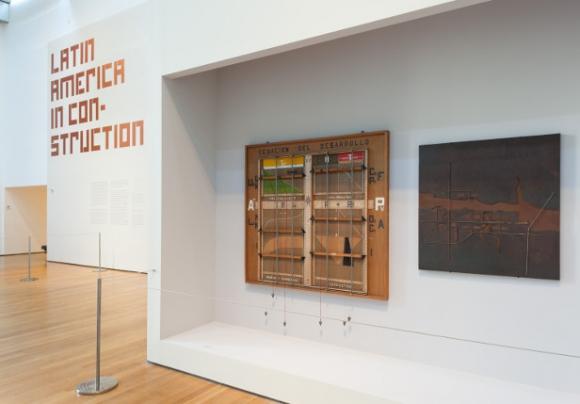 La instalación -Ecuación de desarrollo- de Carlos Gómez Gavazzo (1904-1987) abre la exposición del MoMA