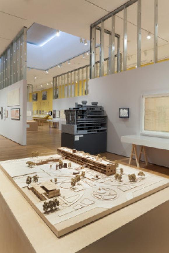 Vista de la exposición Latin America in Construction Architecture 1955-1980, Museo de Arte Moderno de Nueva York, MoMA. Foto de Thomas Griesel. © 2015 MoMA