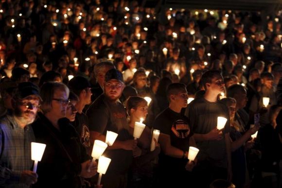 Cientos de personas se reunieron ayer en memoria de las víctimas del tiroteo. Foto: AFP.