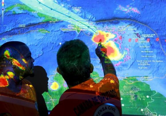 El Comité de Operaciones de Emergencia de Rep. Dominicana sigue a Erika vía satelite. Foto: Reuters.