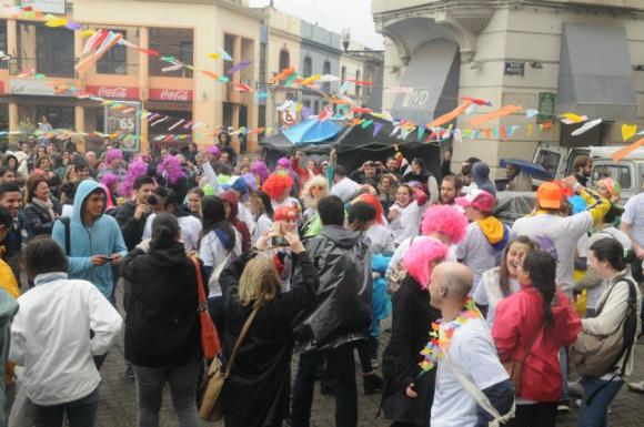 Tradicional festejo de los nuevos médicos en el Mercado del Puerto. Foto: Francisco Flores