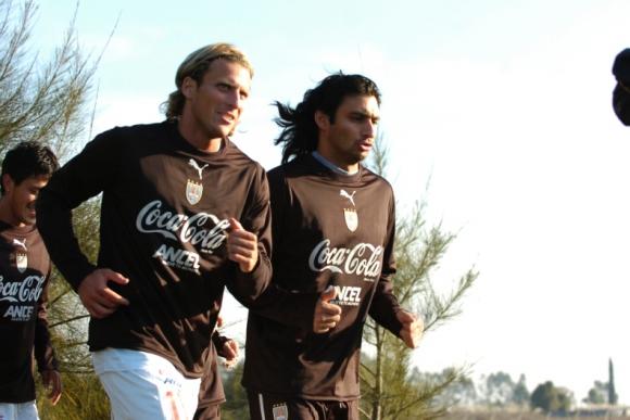 Carlos Bueno y Diego Forlán en un entrenamiento de la selección. Foto: Archivo El País.