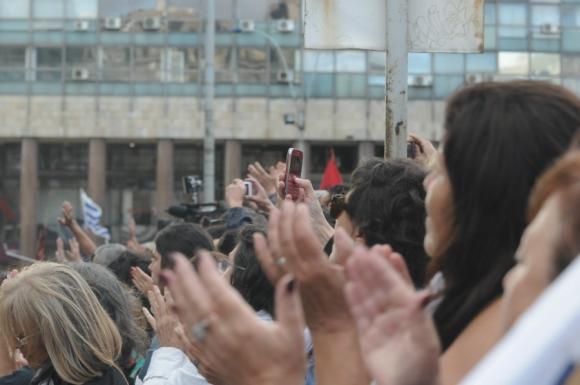 Mujica recibió el Pabellón Nacional ayer en Plaza Independencia. Foto: Agustín Martínez