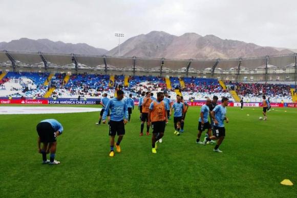 Los celestes calentando en Antofagasta. Foto: AUF