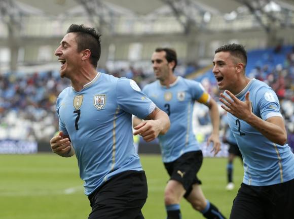 Los jugadores festejan el gol del