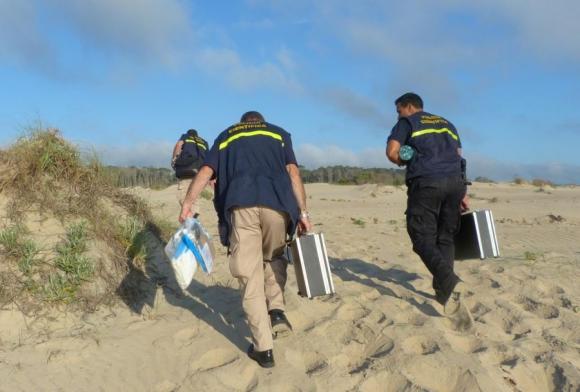 Técnicos de Policía Científica en otro rastrillaje en pos de encontrar pruebas. Foto: R.Figueredo.