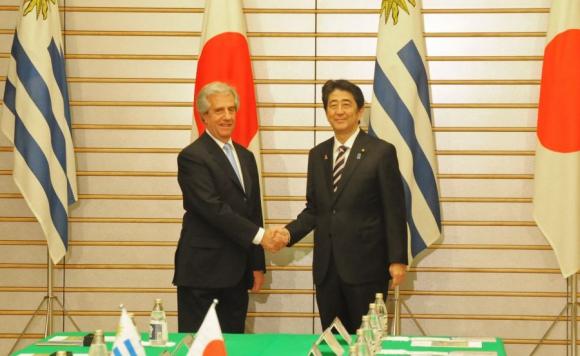 Vázquez junto al primer ministro de Japón. Foto: Presidencia