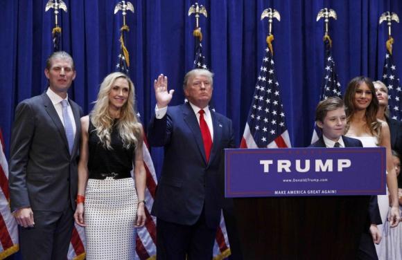 Donald Trump junto a su familia. Foto: Reuters.