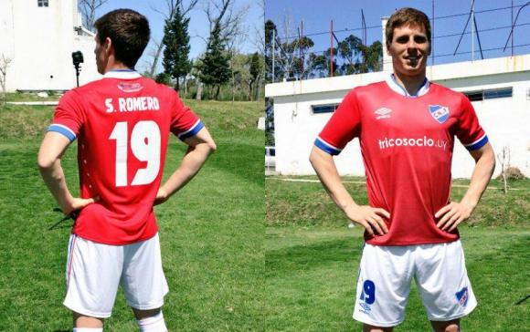 Romero con la nueva camiseta roja de Nacional. Fotos: @ColoRomero19 / Twitter