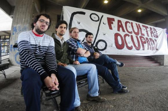 Los cuatro promotores de las firmas en la Facultad de Ingeniería. Foto: Fernando Ponzetto.