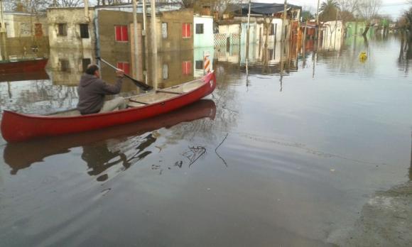Todo un barrio bajo agua. Foto: Víctor Rodríguez.