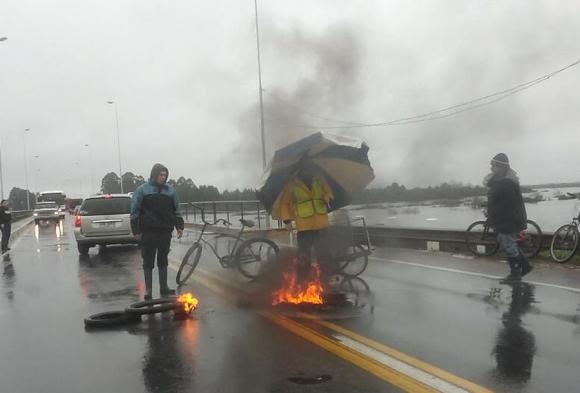 Unas 200 personas evacuadas ayer cortaron la ruta 5 en reclamo a UTE. Foto: V.Rodríguez.