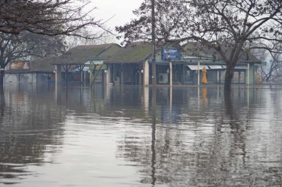 En Mercedes, el río Negro cubrió gran parte de la rambla de la capital de Soriano. Foto: D.Rojas.