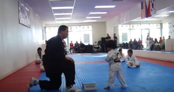 El niño en plena prueba. Foto: captura de video
