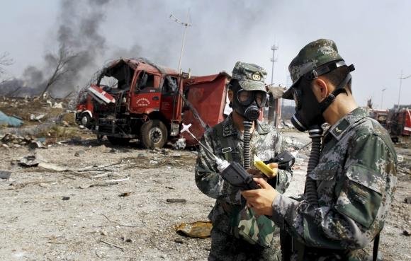 Limpian la zona de la explosión en China. Foto: Reuters