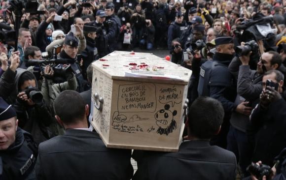 Despedida al dibujante Tingous de Charlie Hebdo. Foto: Reuters
