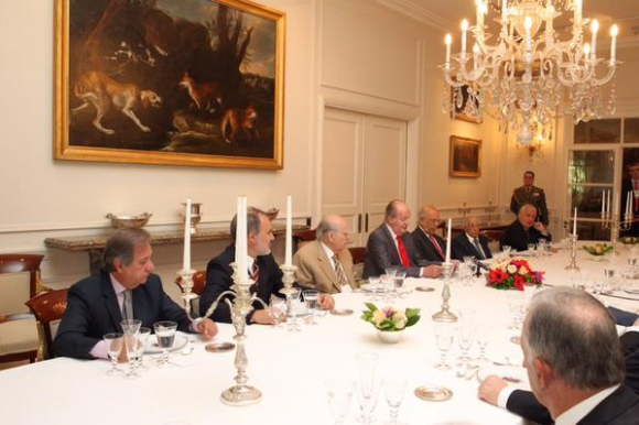 El rey Juan Carlos junto a expresidentes uruguayos.  Foto: @CasaReal