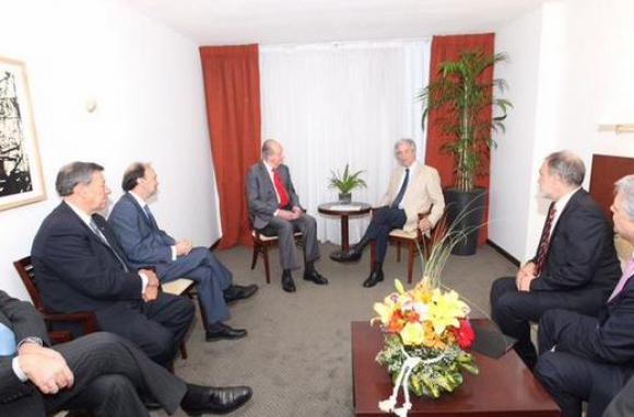 El rey Juan Carlos con el futuro presidente Tabaré Vázquez. Foto: @CasaReal