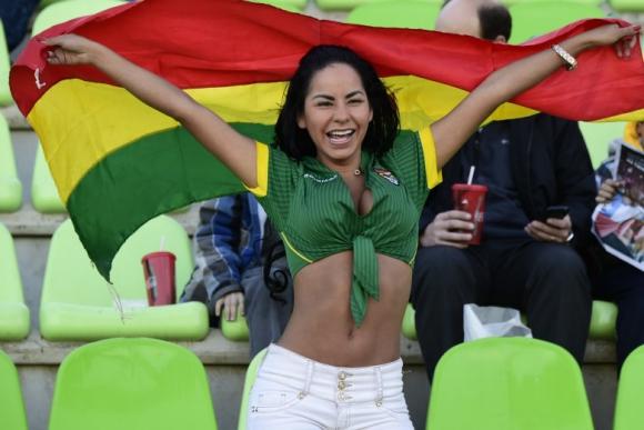 La hincha número 1 de Bolivia. Fotos: AFP y Reuters.