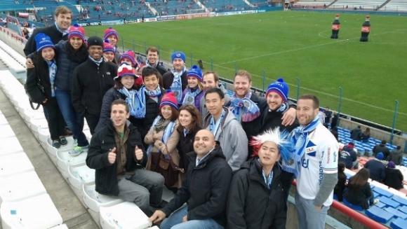 Un grupo de hinchas de Fanáticos Fútbol Tours en el Centenario.