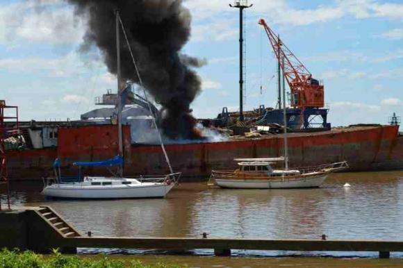 Se incendió un barco atracado en el puerto de Fray Bentos. Foto: Daniel Rojas.
