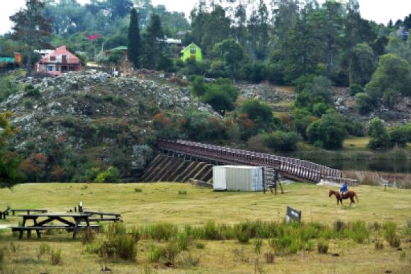 La represa diseñada por el arquitecto Enrique Stewart Vargas es un clásico de Villa Serrana.