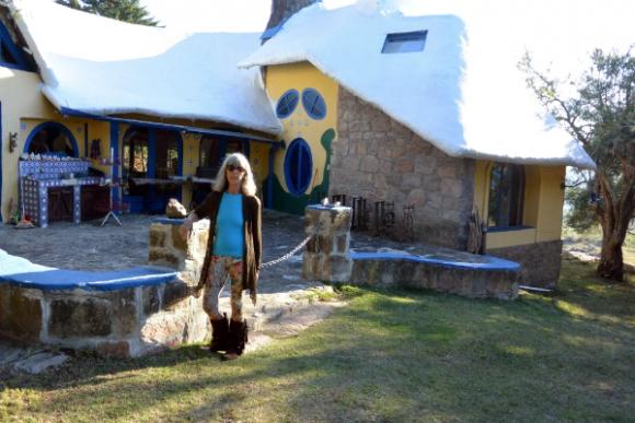 Jeannine Caubarrere es una las alrededor de 80 personas que viven en la villa todo el año.