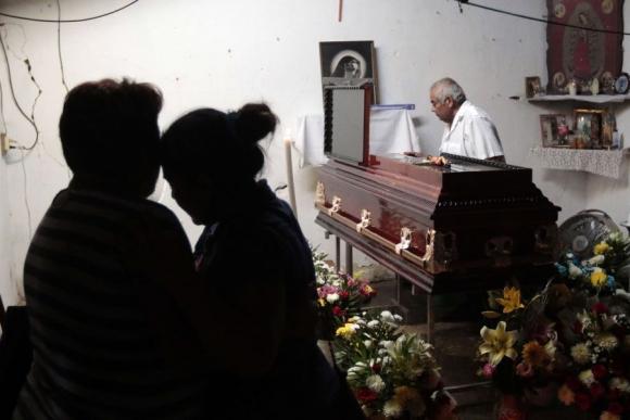 Familiares de Jiménez, líder de la policía comunitaria, asesinado por sicarios. Foto: AFP.