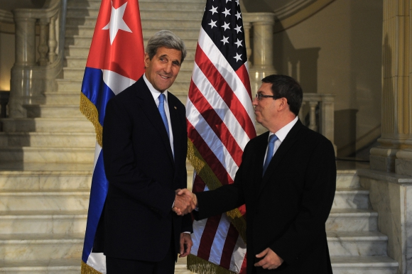 John Kerry y el canciller cubano Bruno Rodriguez. Foto: AFP