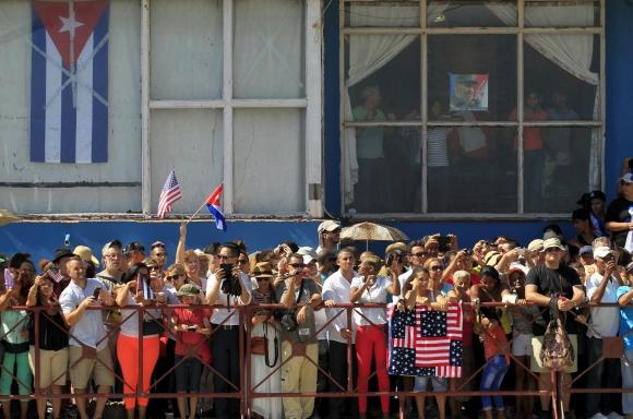 Cubanos fuera de la embajada. Foto: Reuters